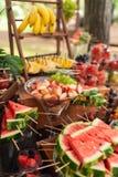 Wyśmienicie cukierki na cukierku bufecie Udział kolorowi desery i owoc obrazy stock