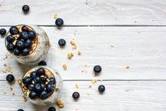 Wyśmienicie czarna jagoda jogurtu deser z granola i owsami w szkłach Obraz Royalty Free