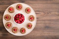 Wyśmienicie czekoladowa lawa zasycha z świeżymi malinkami i nowym liściem na porcelan talerzu, Zdjęcie Stock