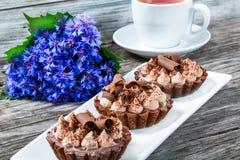 Wyśmienicie czekoladowe babeczki na białym prostokątnym naczyniu z bo Obrazy Royalty Free