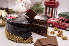 Wyśmienicie czekoladowego torta dekorować wiśnie i dokrętki fotografia stock
