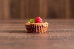 Wyśmienicie czekoladowy lawa tort z świeżymi malinkami i mennicą Obrazy Stock