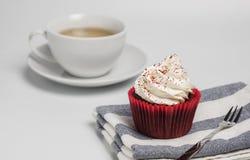 Wyśmienicie czerwona aksamitna babeczka na białym tle stosowny dla prezenta i przyjęcia Zdjęcie Royalty Free