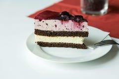 Wyśmienicie czerwona biała truskawka i kawałek tort na białym ta Obraz Stock
