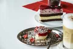 Wyśmienicie czerwona biała truskawka i kawałek tort na białym ta Obraz Royalty Free