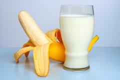 Wyśmienicie deser kefir i banan w blender obraz stock