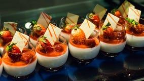 Wyśmienicie deser w szkłach z truskawkami Maldives zdjęcie royalty free