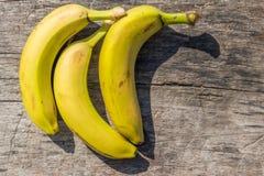 Wyśmienicie dojrzali żółci banany na nieociosanym drewnianym stole Zdjęcie Royalty Free