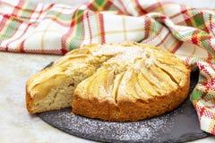 Wyśmienicie domowej roboty jabłczany kulebiak z cynamonem Łupkowy talerz słuzyć Selekcyjna ostrość zdjęcie stock
