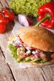 Wyśmienicie Doner kebab z mięsem, warzywami i francuzem, smaży clo Zdjęcie Royalty Free