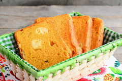 Wyśmienicie dyniowy chleb z serowym plombowaniem Dyniowi chlebów plasterki w koszu zbliżenie Obrazy Royalty Free