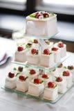 Wyśmienicie galanteryjny ślubny tort robić babeczki Fotografia Royalty Free