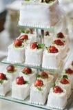 Wyśmienicie galanteryjny ślubny tort robić babeczki Obrazy Royalty Free