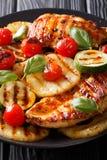 Wyśmienicie grill: Piec na grillu kurczak pierś z ananasem, zucch zdjęcie stock
