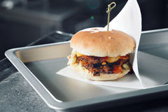 Wyśmienicie hamburgery z wołowiną, pomidorem, serem i sałatą, gotujący na grillu gromadzić Obrazy Stock