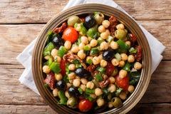 Wyśmienicie i żywienioniowy sałatkowy balela z chickpeas, pomidory, oni Fotografia Stock
