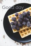 Wyśmienicie i piękni Belgijscy gofry z czernicą inskrypcja dobry dzień zdjęcia stock