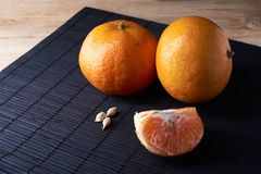 Wyśmienicie i Piękni Tangerines Obrana Tangerine pomarańcze i Tangerine pomarańczowi plasterki na Ciemnym tle tła cytrus przygoto Zdjęcie Stock