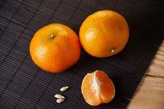 Wyśmienicie i Piękni Tangerines Obrana Tangerine pomarańcze i Tangerine pomarańczowi plasterki na Ciemnym tle tła cytrus przygoto Obrazy Stock