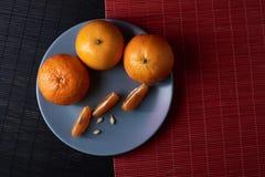 Wyśmienicie i Piękni Tangerines Obrana Tangerine pomarańcze i Tangerine pomarańczowi plasterki na Ciemnym tle tła cytrus przygoto Obraz Royalty Free