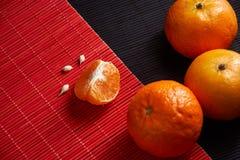 Wyśmienicie i Piękni Tangerines Obrana Tangerine pomarańcze i Tangerine pomarańczowi plasterki na Ciemnym tle tła cytrus przygoto Fotografia Royalty Free