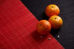 Wyśmienicie i Piękni Tangerines Obrana Tangerine pomarańcze i Tangerine pomarańczowi plasterki na Ciemnym tle tła cytrus przygoto Fotografia Stock