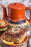 Wyśmienicie i słodki czekoladowy tort z up i herbaciany ustawiający z teapot, spodeczkiem i Ñ  up, Zdjęcie Stock