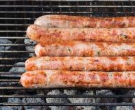 Wyśmienicie i smakowite piec na grillu niemieckie kiełbasy z ziele Zdjęcia Royalty Free