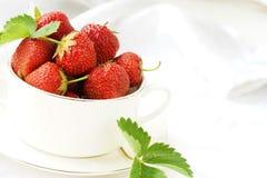 Wyśmienicie i zdrowy śniadanie z truskawkami, zdjęcie stock