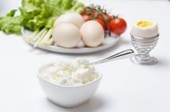 Wyśmienicie i zdrowy breakfastCottage ser gotowany różnorodny warzywa, jajka, i Ranku stół zdjęcia royalty free