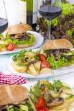 Wyśmienicie jarskie grule dla dwa i hamburgery Lunch i wino Lekki tło i przestrzeń dla teksta żywienioniowy jedzenie kosmos kopii fotografia royalty free