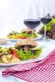 Wyśmienicie jarskie grule dla dwa i hamburgery Lunch i wino Lekki tło i przestrzeń dla teksta żywienioniowy jedzenie kosmos kopii zdjęcie stock