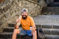 Wyśmienicie jedzenie dostosowywać jego styl życia Kaukaski faceta podróżnik cieszy się uliczną karmową kuchnię Brodaty mężczyzny  obrazy stock