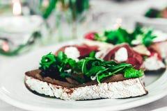 Wyśmienicie kanapka chleb, mięso i szpinak wznoszący toast, obrazy stock