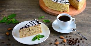 Wyśmienicie kawałek esterhazy tortowy torte Ranek filiżanka kawy z smakowitym deserem Karmowy tło z odbitkową przestrzenią Zdjęcia Royalty Free
