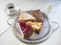Wyśmienicie kawałki tort na srebnym talerzu fotografia royalty free