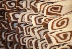 Wyśmienicie kokosowa biskwitowa rolada z czekoladową śmietanką Obraz Royalty Free