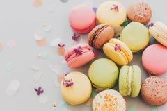 Wyśmienicie kolorowi macaroons na modnych pastelowych szarość tapetują z li Zdjęcie Stock