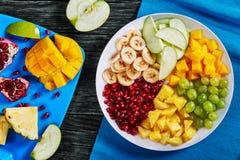 Wyśmienicie kolorowy owocowej sałatki set, odgórny widok zdjęcie royalty free