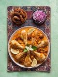 Wyśmienicie korzenny kurczak Biryani w białym pucharze na czarnym jedzeniu, tle indianina lub pakistańczyka, obrazy royalty free