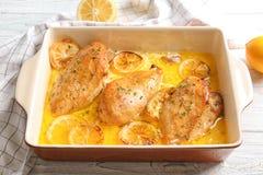 Wyśmienicie kurczak piersi z cytryną w pieczenia naczyniu fotografia royalty free