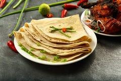 Wyśmienicie kurczaka smażący i świeży chapati fotografia stock