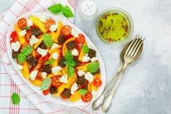 Wyśmienicie lato sałatka żółci i czerwoni pomidory, croutons, serowa mozzarella, basil Zdjęcie Stock