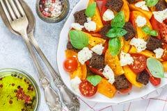 Wyśmienicie lato sałatka żółci i czerwoni pomidory, croutons, serowa mozzarella, basil Zdjęcia Stock