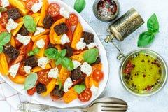Wyśmienicie lato sałatka żółci i czerwoni pomidory, croutons, serowa mozzarella, basil Fotografia Royalty Free