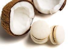 Wyśmienicie macaroons z koksem na białym tle Zdjęcia Royalty Free