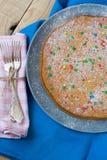 Wyśmienicie marchwiany tort na półkowym lying on the beach na szarość Zdjęcie Royalty Free