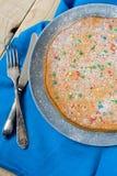 Wyśmienicie marchwiany tort na półkowym lying on the beach na szarość Obraz Stock