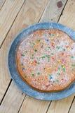 Wyśmienicie marchwiany tort na półkowym lying on the beach na szarość Zdjęcia Stock
