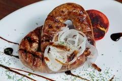 Wyśmienicie mięsa w białym talerzu Zdjęcie Royalty Free